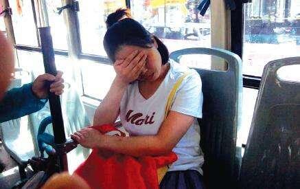 【搞笑段子】在公交车上一女孩腿不舒服 没给大妈让座