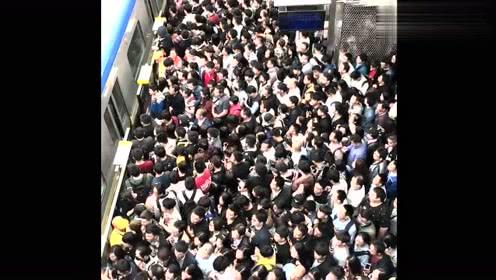 有个小伙子坐地铁 刚挤上去就发觉自己踩到了别人