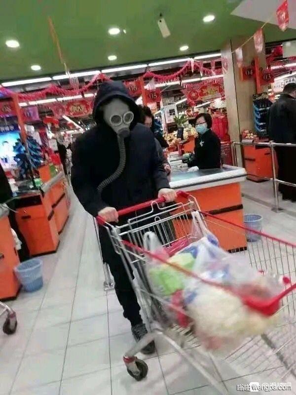 【搞笑图片】去超市买东西 这个大哥把自己保护得很好