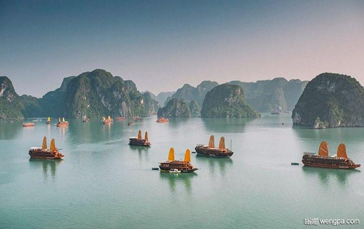 由于疫情控制 越南河龙湾大批排队等待通过的旅游船只