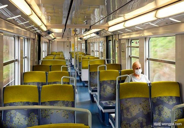 一女子乘坐一辆空火车从巴黎到戴高乐机场