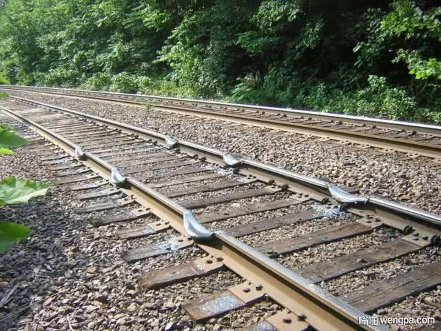 朋友说这是火车减速带,真的吗?
