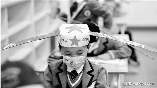 杭州小学生戴一米帽上课