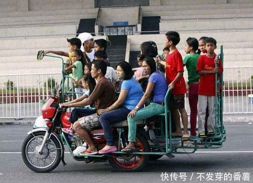 【搞笑段子】一哥们骑摩托车载6个人
