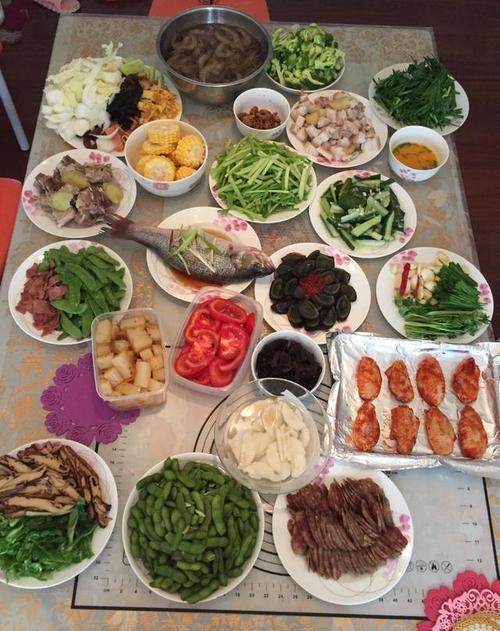 【笑话段子】第一次去男朋友家,男朋友的爸爸做了一桌子菜,盘盘都一样,那叫一个辣
