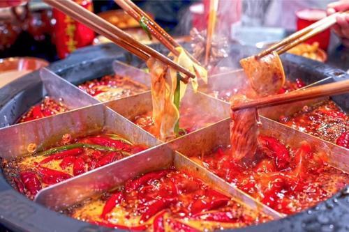 【笑话】一位北方朋友在重庆出差,第一次去吃火锅,吃不惯重庆火锅的调料
