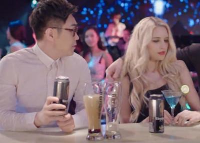 【搞笑段子】 昨晚在KTV里见到一个很漂亮的女孩,想搭讪吧又没那个胆