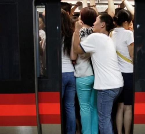 【搞笑段子】挤地铁,一小伙子不小心踩到了一个妹子,眼看对方就要开骂