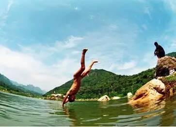 【笑话】还小的时候,我和小伙伴们去村里的鱼塘游泳