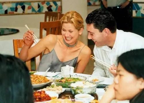 【笑话】一外国朋友跟我抱怨说,你们中国菜好吃,我做菜也不错可就是学不会