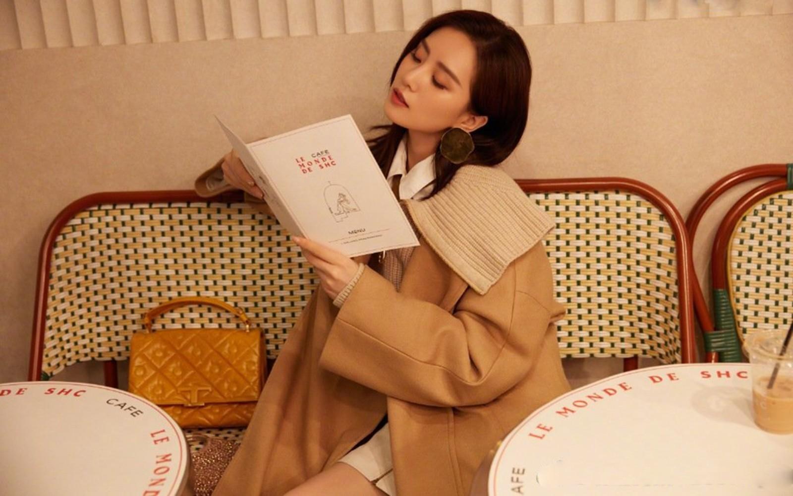 刘诗诗浪漫秋日街拍高清桌面壁纸