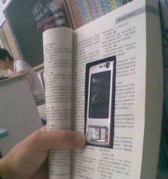 二货同学为了玩手机,也是蛮拼的