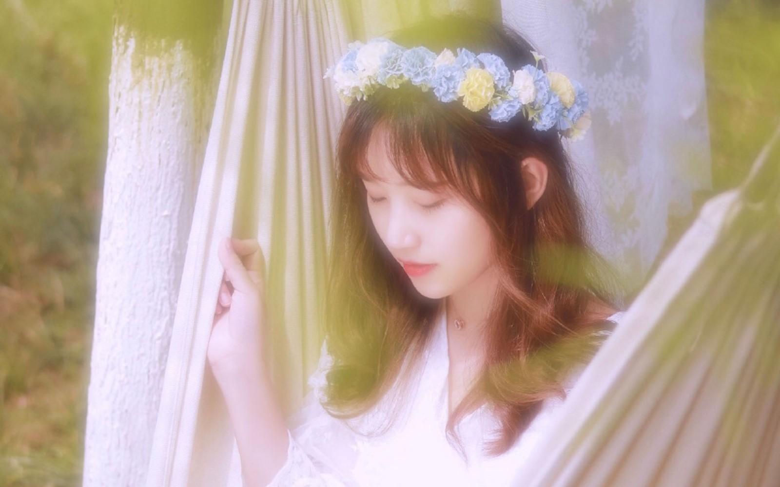森林中的白裙花仙子精灵模特写真电脑壁纸