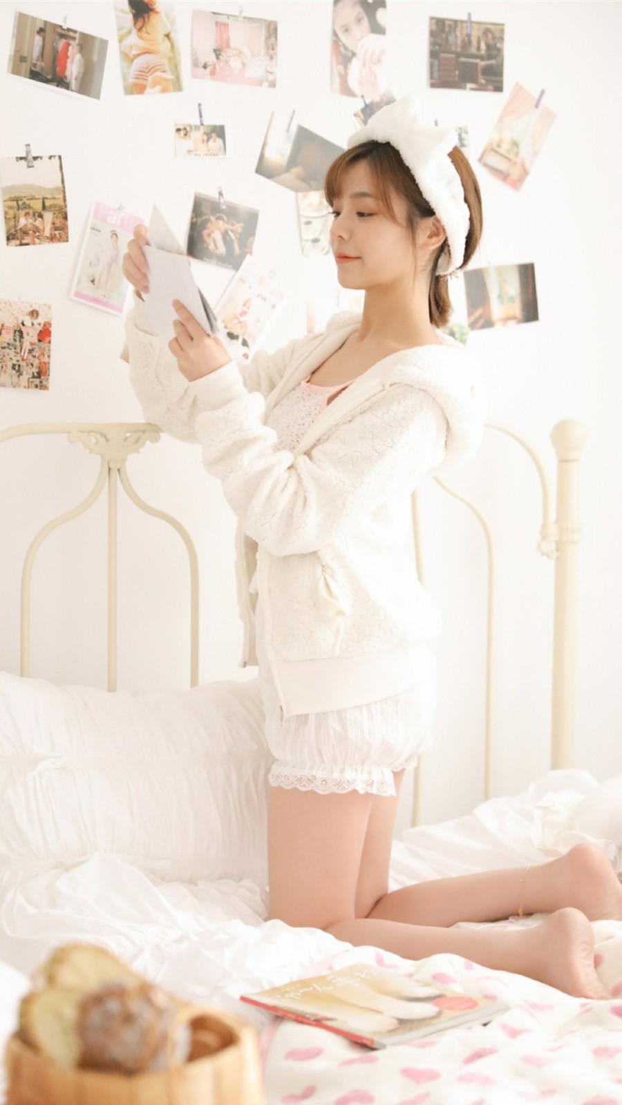 清新白色吊带美女手机壁纸