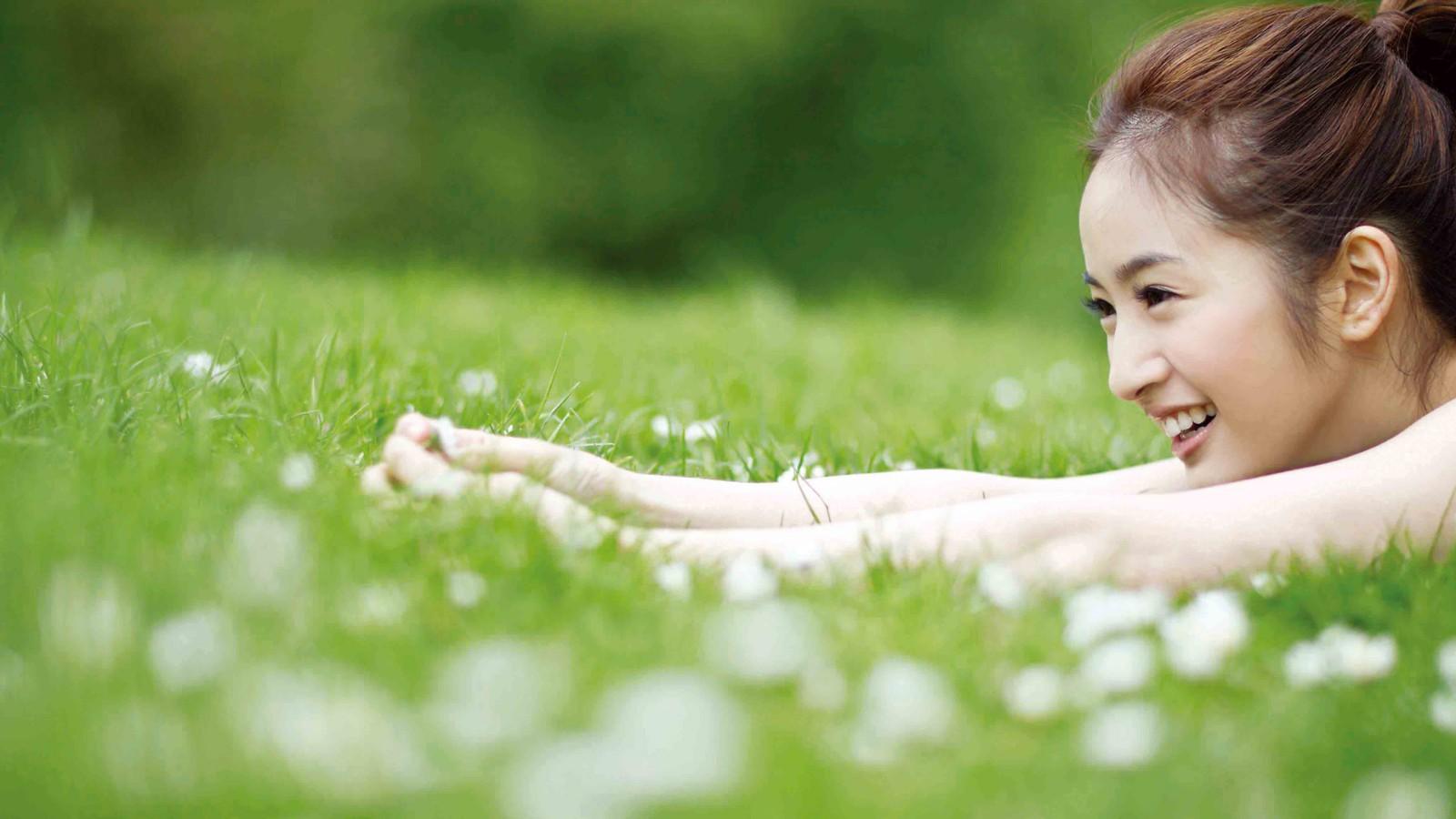 甜美美女,阳光萌妹子,绿草地,森女,森女系,开心,美女壁纸