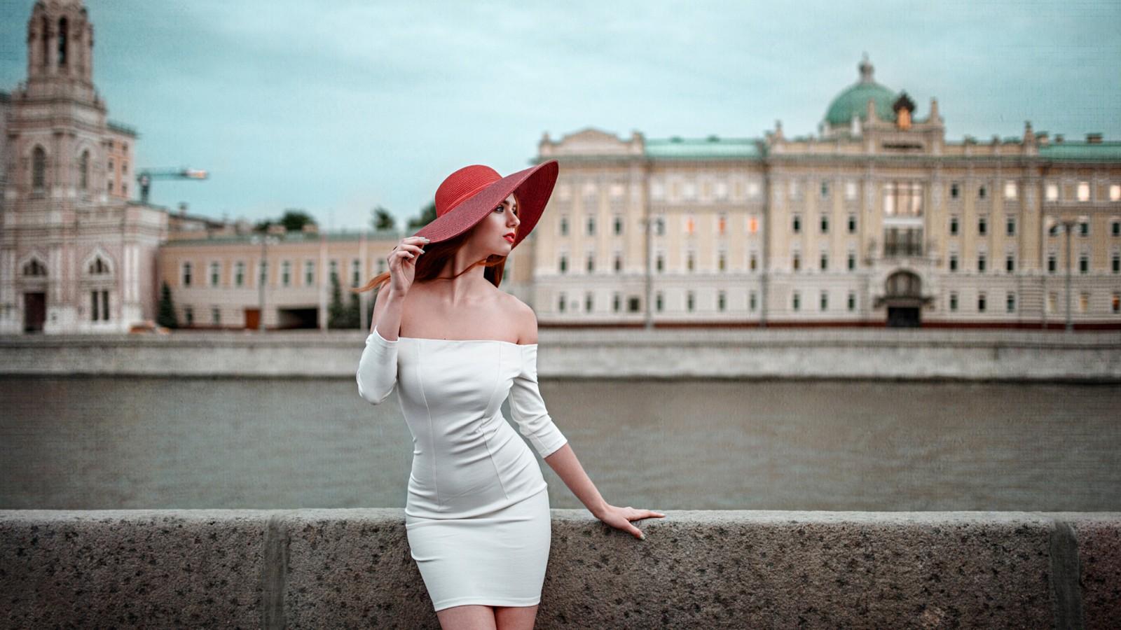 美女,帽子,白色礼服,短裙,优美姿势,夏天,莫斯科,城市,美女桌面壁纸