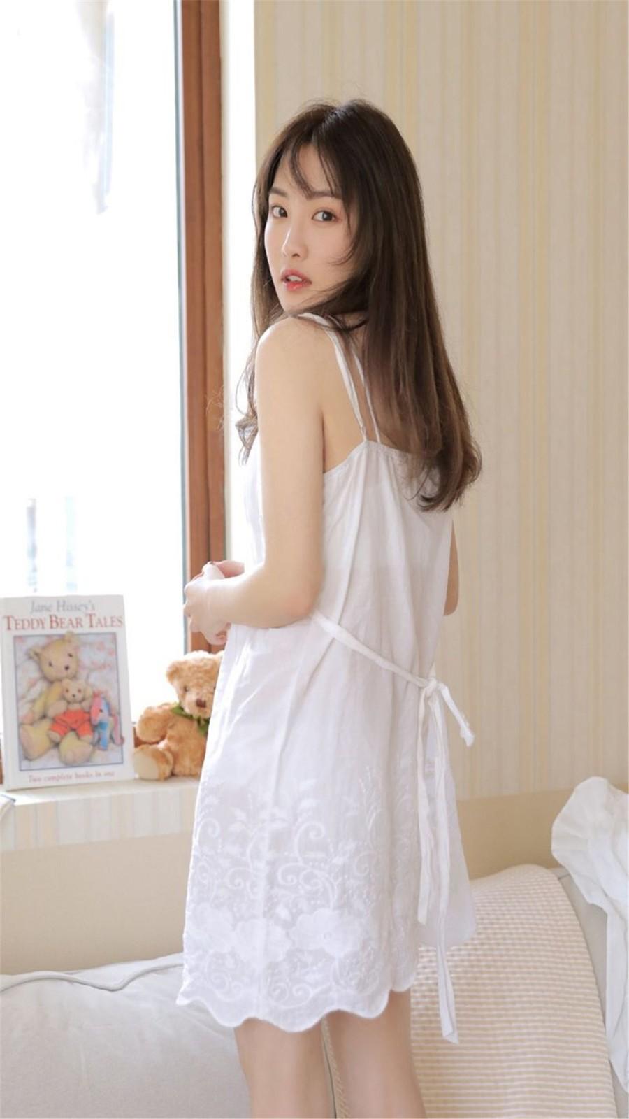 甜美少女吊带裙撩人高清美女壁纸