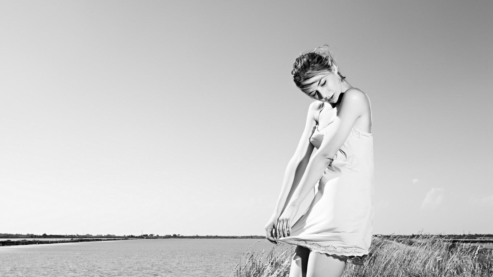 女孩,姿势,肖像,白色短裙子,黑白照片,美女壁纸