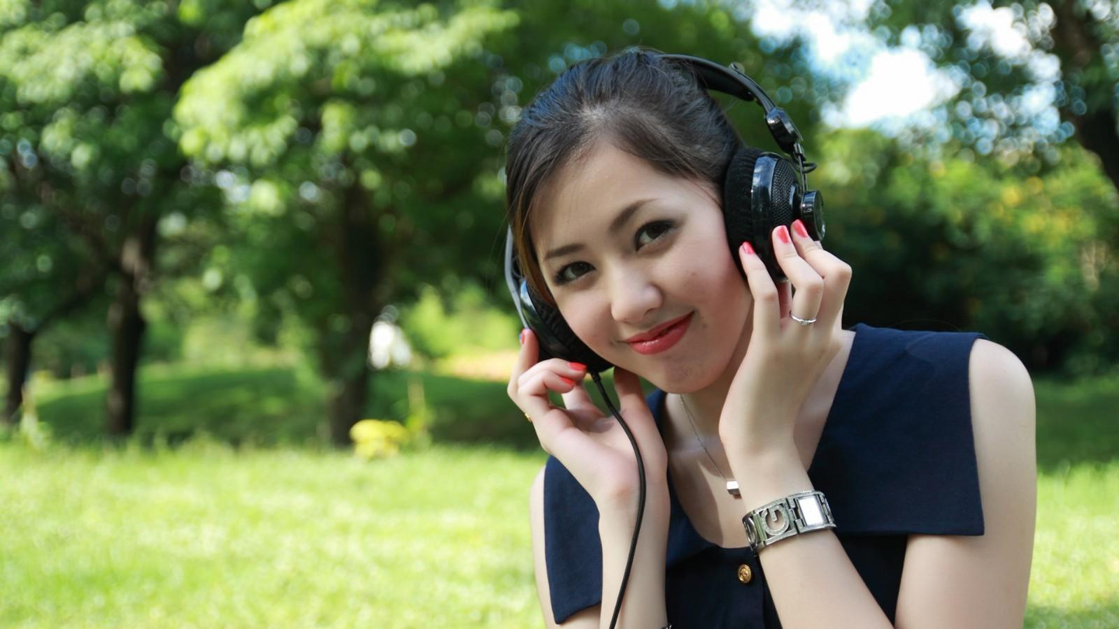 漂亮美女 绿色树林 耳机 美女桌面壁纸
