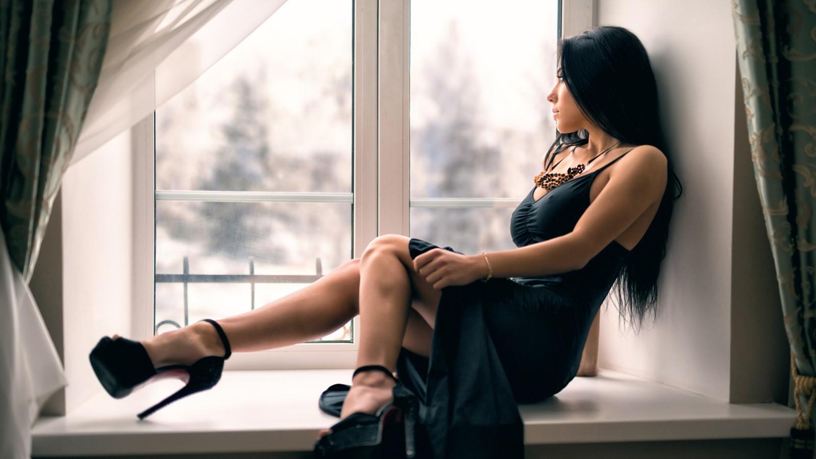 窗台性感美女壁纸
