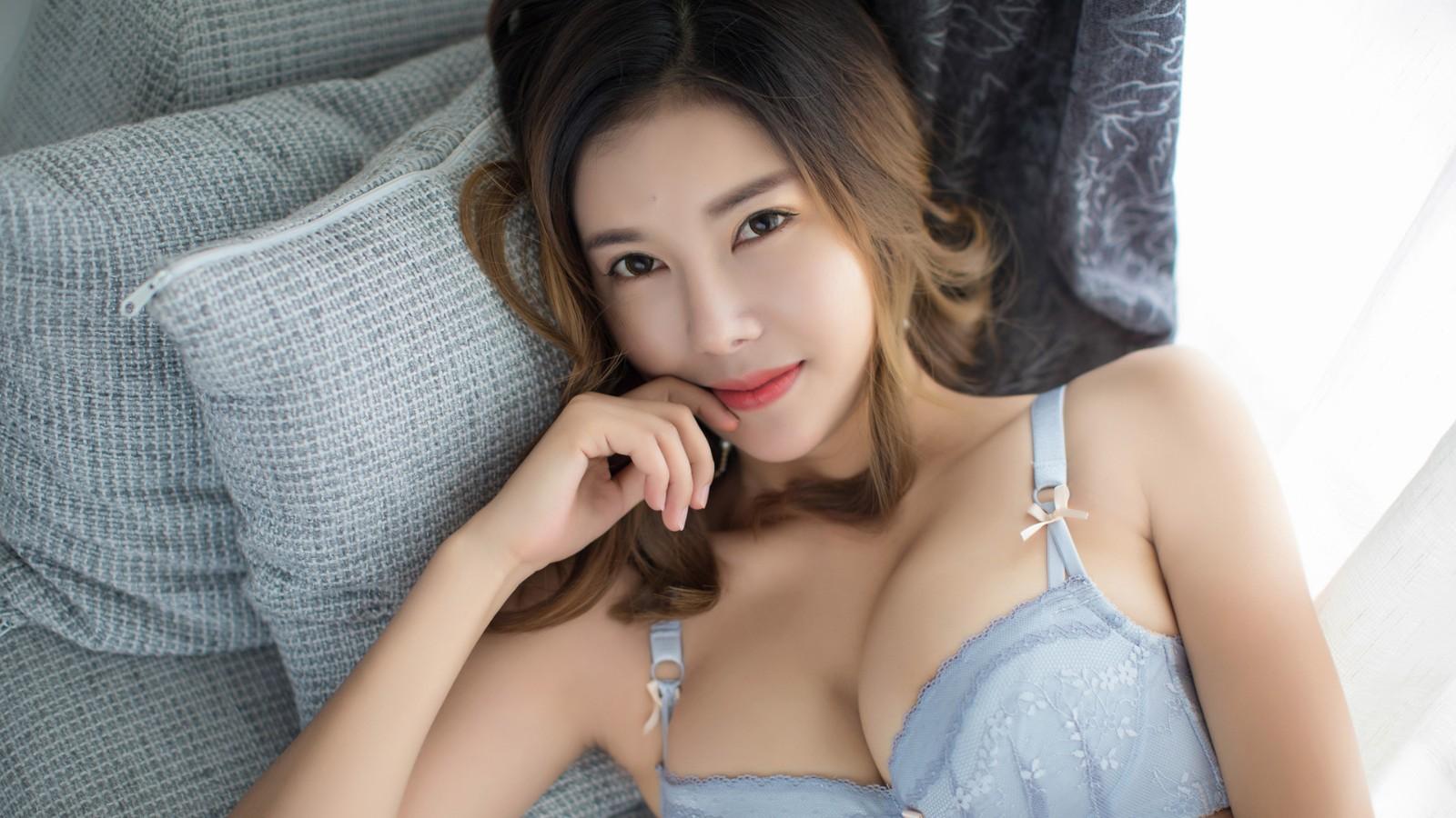 依依Yiyi大胸美女壁纸