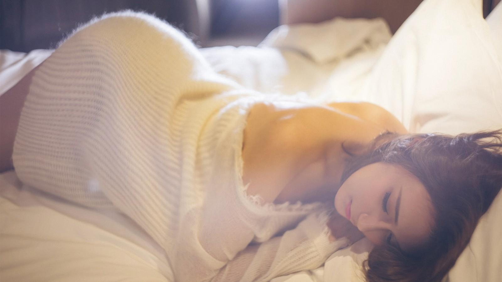 性感美女,露背,白色毛衣,床,桌面壁纸
