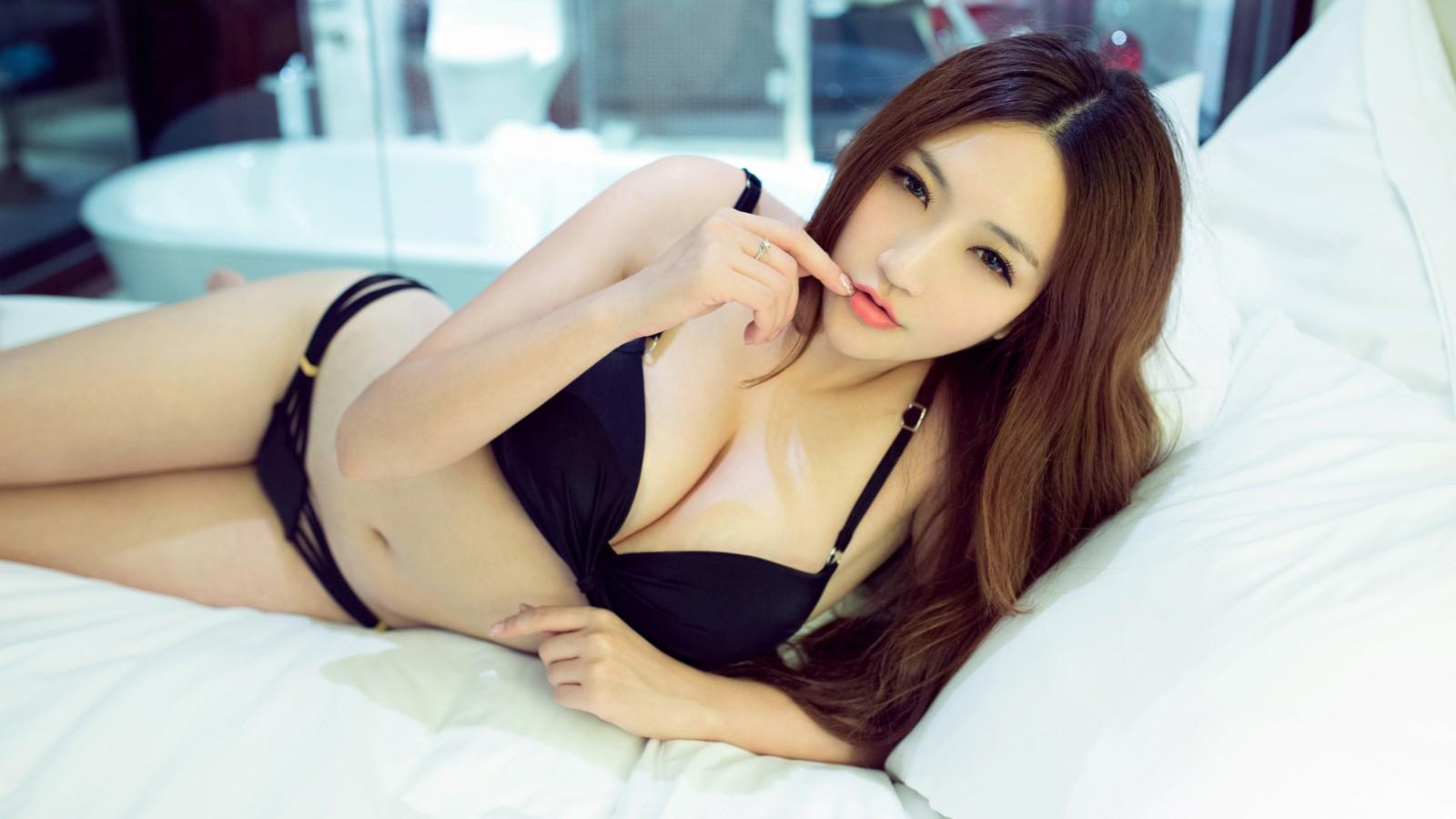 王明明 床上黑色性感内衣美女壁纸