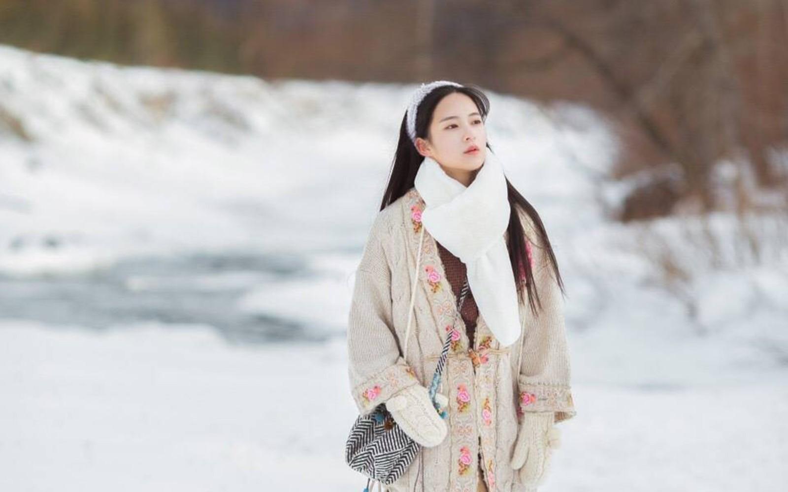 雪山中的清丽女孩唯美桌面壁纸