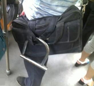 给包配了把锁,这样乘车就安心了