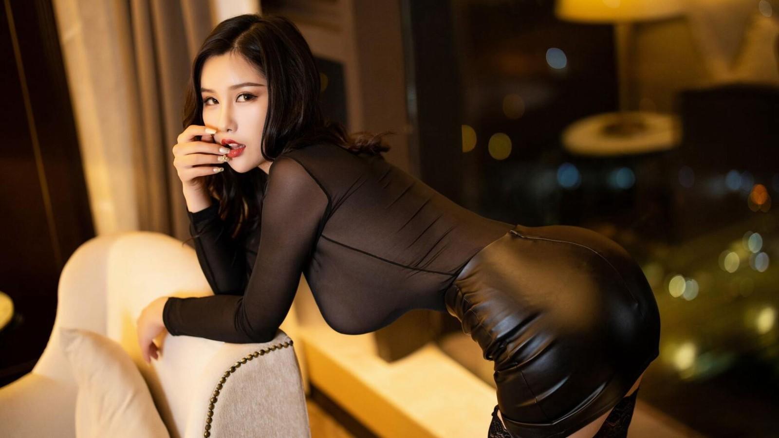 超性感美女壁纸,躺在沙发上的紧身皮裙丝袜美女高清桌面壁纸图片