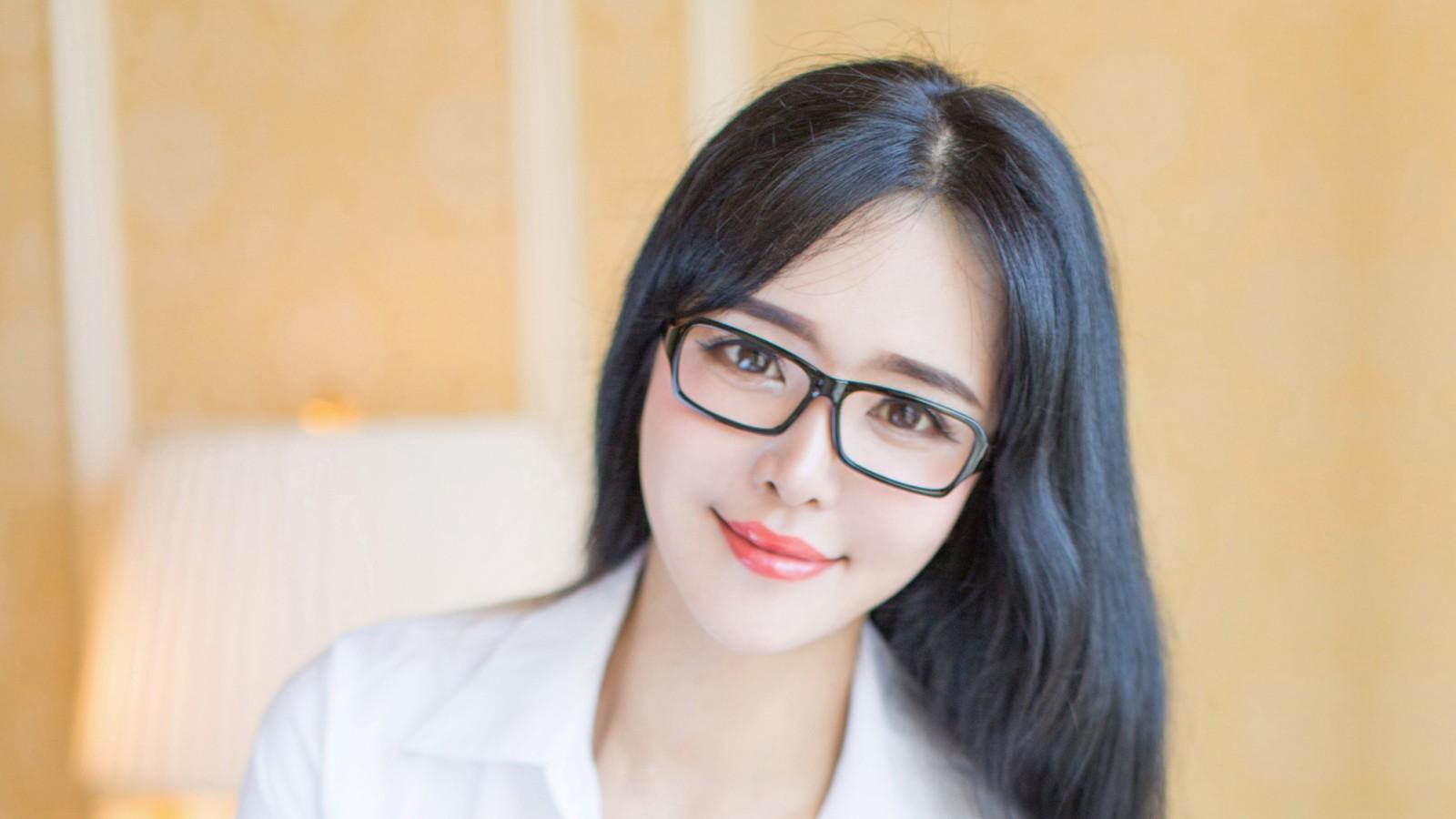 刘钰儿戴眼镜性感美女壁纸