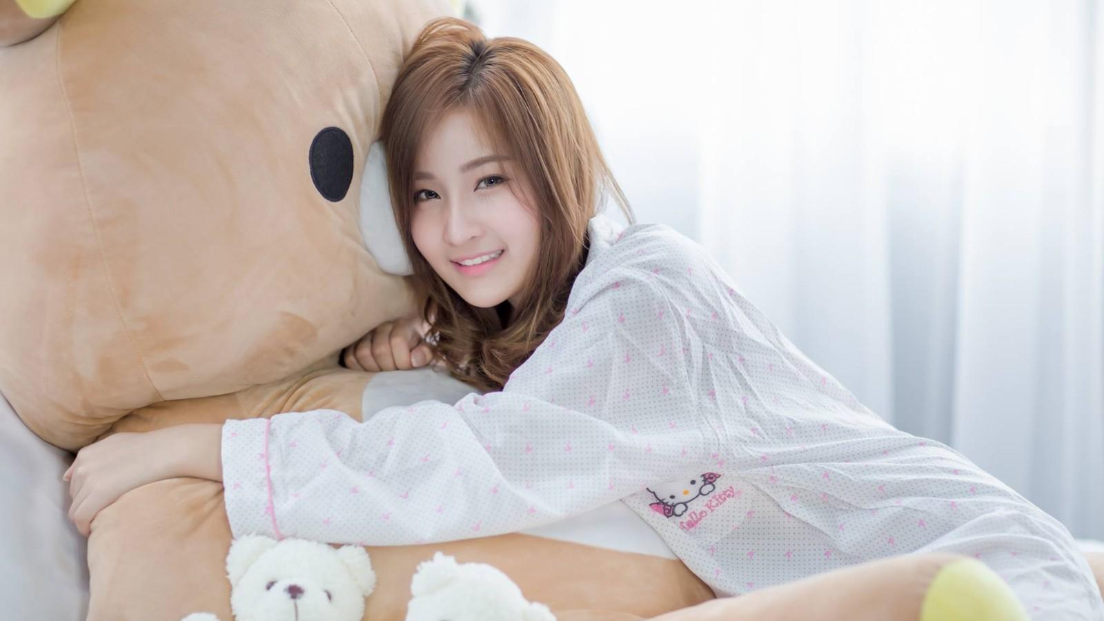 抱着毛绒玩具熊的美女壁纸