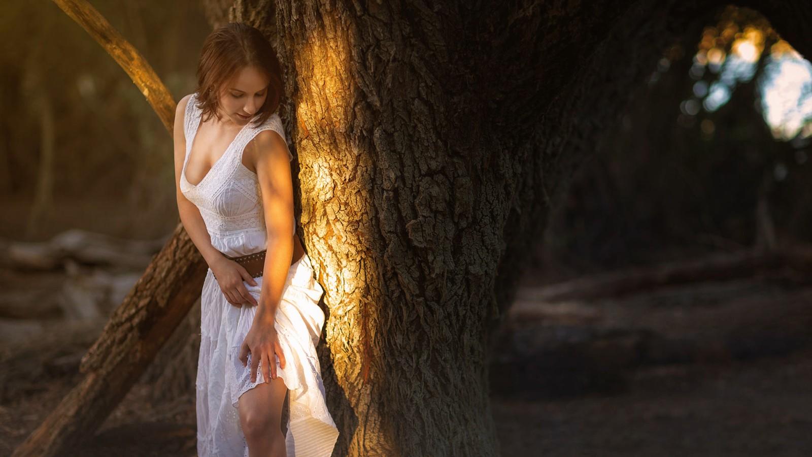 树林里白色裙子性感美女电脑壁纸