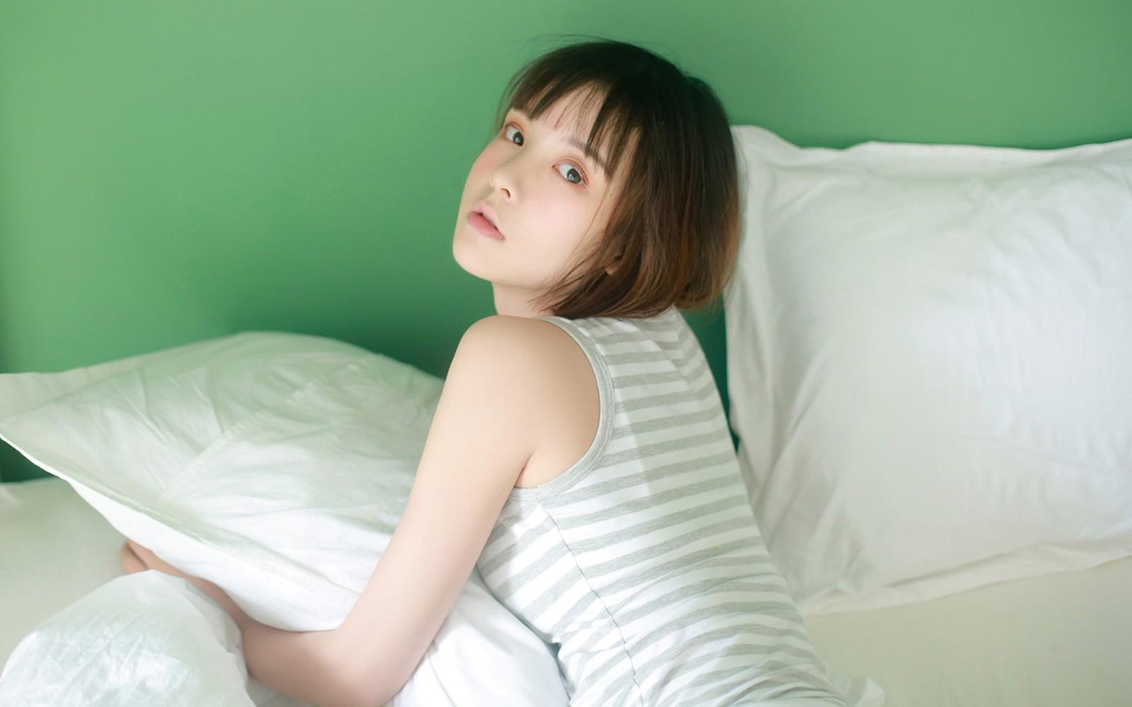 清新大眼齐肩短发女孩着斑马纹背心慵懒床上私房写真桌面壁纸